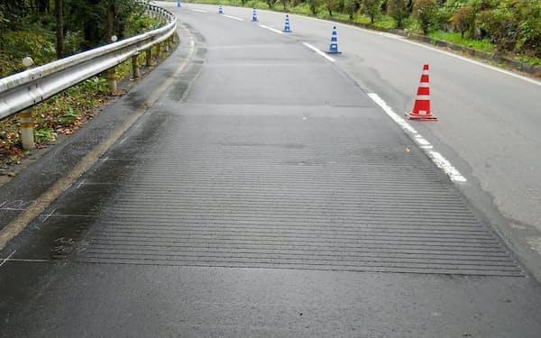 「メロディウェイ」の舗装は溝を不均一に並べて音階を作り出す