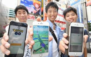 日本でサービスが始まったスマホ向けゲーム「ポケモンGO」(22日午前、東京・秋葉原)