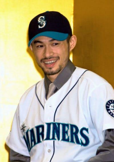 2000年11月、マリナーズへの入団を発表し、笑顔を見せるイチロー(京都市内)=共同