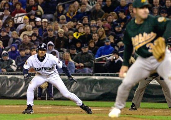 2001年4月、大リーグ初安打で出塁したマリナーズのイチロー(シアトル)=共同