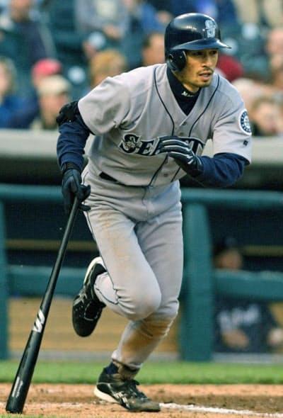 2003年5月、大リーグ通算500安打を放つマリナーズのイチロー(デトロイト)=共同