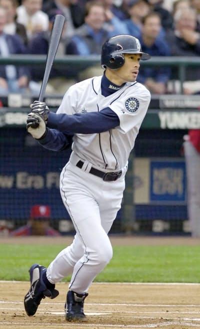 2005年6月、大リーグ通算1000安打を放つマリナーズのイチロー(シアトル)=共同