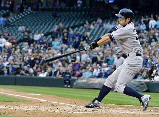 2012年7月、ヤンキース移籍後初安打を放つイチロー(シアトル)=共同