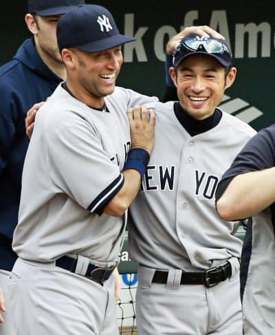 2012年9月、試合勝利をジーター(左)と喜ぶヤンキースのイチロー(ボルティモア)=共同