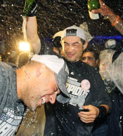 2012年10月、地区優勝を果たしジーター(左手前)とシャンパンファイトするヤンキースのイチロー(ニューヨーク)=共同