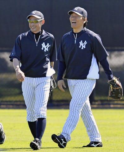 2014年2月、キャンプ中に臨時コーチの松井秀喜氏(右)と談笑するヤンキースのイチロー(タンパ)=共同