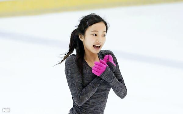 フィギュアスケートの強化合宿で練習する本田真凜(25日、長野県軽井沢町)=共同