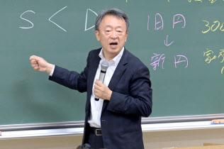 いけがみ・あきら ジャーナリスト。東京工業大学特命教授。1950年(昭25年)生まれ。73年にNHKに記者として入局。94年から11年間「週刊こどもニュース」担当。2005年に独立。主な著書に「池上彰のやさしい経済学」(日本経済新聞出版社)「いま、君たちに一番伝えたいこと」(同)「池上彰の18歳からの教養講座」(同)。新著「池上彰の君たちと考えるこれからのこと」(同)。長野県出身。65歳