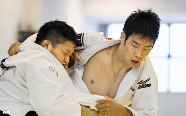 永瀬(右)は世界の強豪ひしめく激戦の男子81キロ級で金メダルを狙う=共同