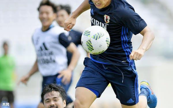 遠藤(右)はチームの武器を「まとまり」という。泥臭く、タフに勝機をつかみにいく=共同