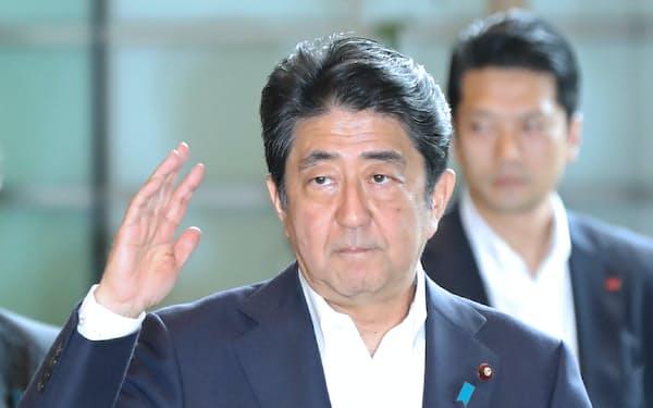 首相官邸に入る安倍首相(26日)