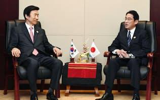 韓国の尹炳世外相(左)と会談する岸田外相(25日、ラオス・ビエンチャン)=共同