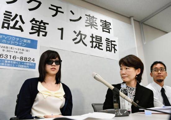 大阪地裁への提訴後、記者会見する奈良県の高校3年生(左)=27日午後、大阪市の司法記者クラブ