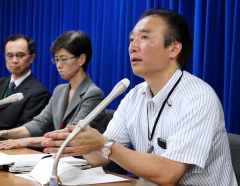 子宮頸がんワクチンについて記者会見する厚労省の担当者(右)(2013年6月14日、厚労省)
