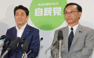 参院選で当選確実の報を待つ安倍晋三首相と谷垣禎一幹事長(10日、自民党本部)