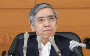 金融政策決定会合で追加の金融緩和を決定し、記者会見する日銀の黒田総裁(29日午後、日銀本店)