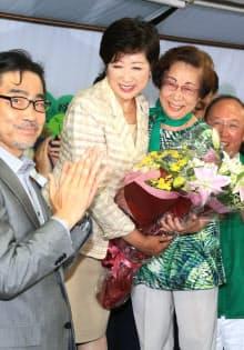 支援者から花束を受け取る小池氏(31日、東京都豊島区)
