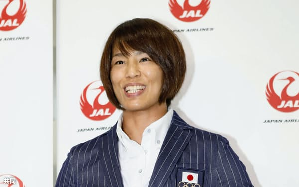 リオ五輪へ向け出発する前、記者の質問に答える柔道女子57キロ級の松本薫(31日午後、成田空港)=共同