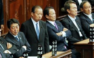 衆院本会議に臨む安倍首相(左端、1日午後)