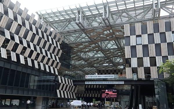 「アオーレ長岡」には市役所やスポーツアリーナなど多くの機能が集約されている(新潟県長岡市)