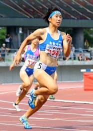 女子200メートル決勝 23秒60で優勝した倉敷中央の斎藤愛美。100メートル、400メートルリレーと合わせての3冠を達成(1日、シティライトスタジアム)=共同