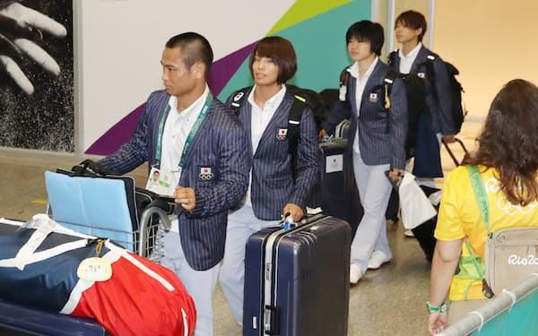 リオデジャネイロの国際空港に到着した柔道日本代表の(左から)海老沼選手、松本選手ら(1日)=写真 玉井良幸