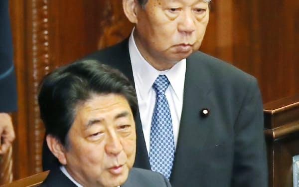 衆院本会議に出席した安倍首相と自民党の二階総務会長(1日)