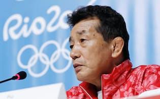 記者会見で質問に答える日本選手団の高田総監督(1日、リオデジャネイロ)=共同