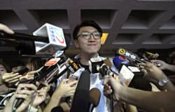報道陣の質問に答える新政党、本土民主前線の梁天琦氏(7月27日、香港)=AP