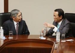 会談する麻生財務相(右)と黒田日銀総裁(2日、東京都千代田区)
