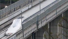 時速603キロメートルでの走行試験に成功したリニア車両(15年4月、山梨県都留市)
