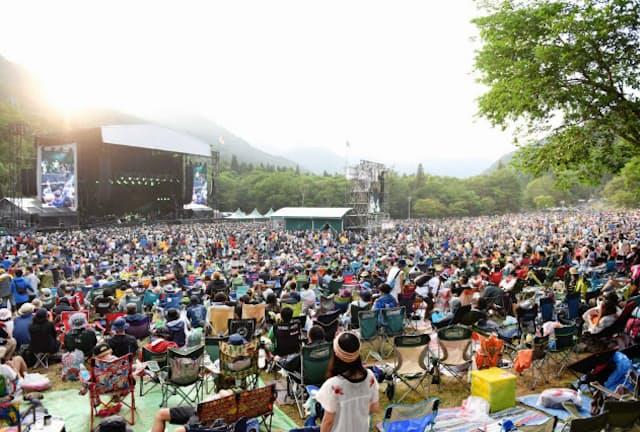 1997年に富士山麓で始まったフジロックは第3回の99年から苗場スキー場に場所を移し、通算20回を迎えた(グリーンステージ)=写真 中嶌 英雄