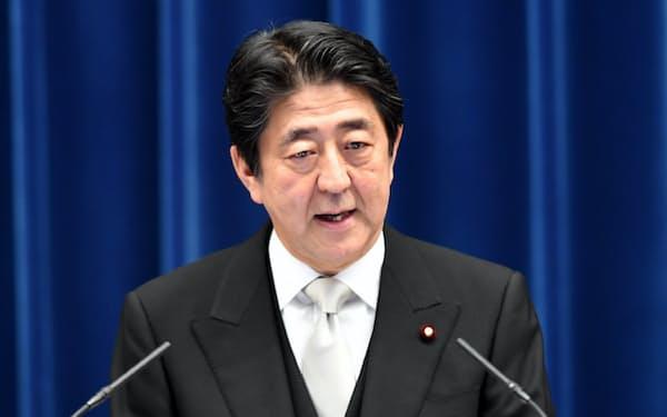 記者会見する安倍首相(3日、首相官邸)