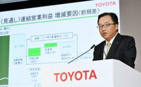 決算発表するトヨタ自動車の大竹常務(4日午後、東京都文京区)