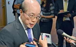 3日、ニューヨークの国連本部で取材に応じる中国の劉結一国連大使(共同)