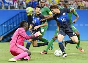 日本―ナイジェリアの後半、3点目のゴールを決める浅野(4日、マナウス)=共同