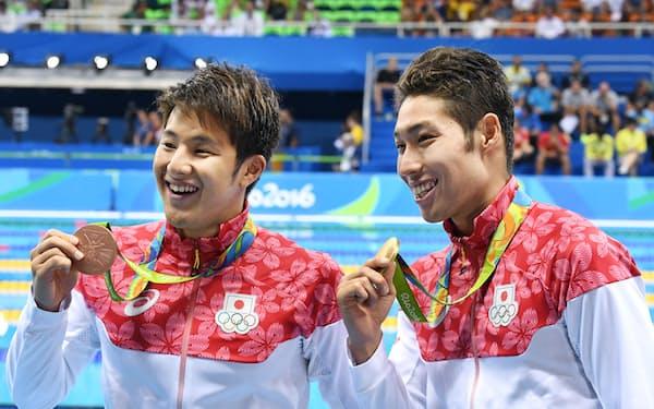 男子400メートル個人メドレーで優勝し金メダルを手に笑顔の萩野選手(右)と銅メダルの瀬戸選手(6日、リオデジャネイロ)=写真 柏原敬樹