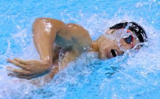 自由形で力泳する萩野選手