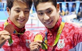 男子400メートル個人メドレーで萩野(右)が金メダル、瀬戸は銅メダルを獲得した