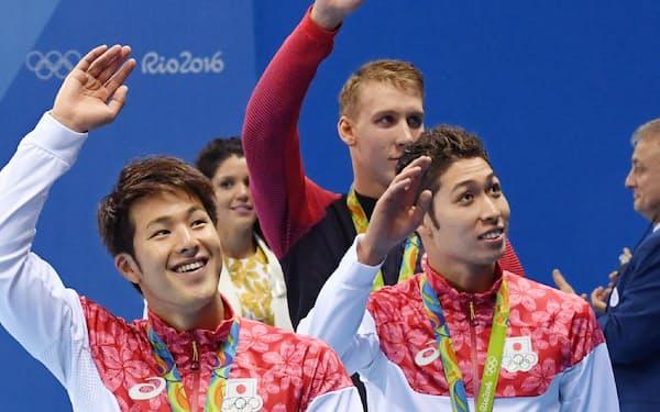 男子400メートル個人メドレーで金メダルを獲得した萩野(右)と銅メダルの瀬戸(左)=写真 柏原敬樹