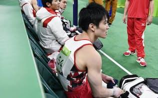 予選を終えた(手前から)内村、山室、田中、白井、加藤の体操男子日本=共同