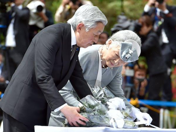 フィリピンを訪問し、比島戦没者の碑に供花する天皇、皇后両陛下(1月29日)