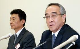決算発表するジャパンディスプレイの本間会長(右)と有賀社長(9日午後、東証)