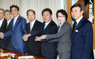 吉田博美参院幹事長(右端)ら自民党新役員と握手する安倍晋三首相(8月3日、党本部)