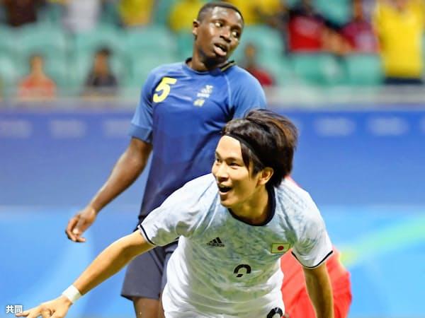 ゴールを決めた矢島(右)。チームは最後まで球を奪う足が止まらなかった=共同