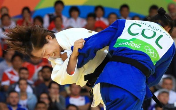 女子70キロ級でコロンビアのアルベアル(右)を攻める田知本(代表撮影)