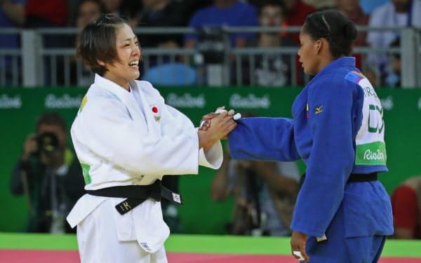 コロンビアの選手を破り、笑顔で握手