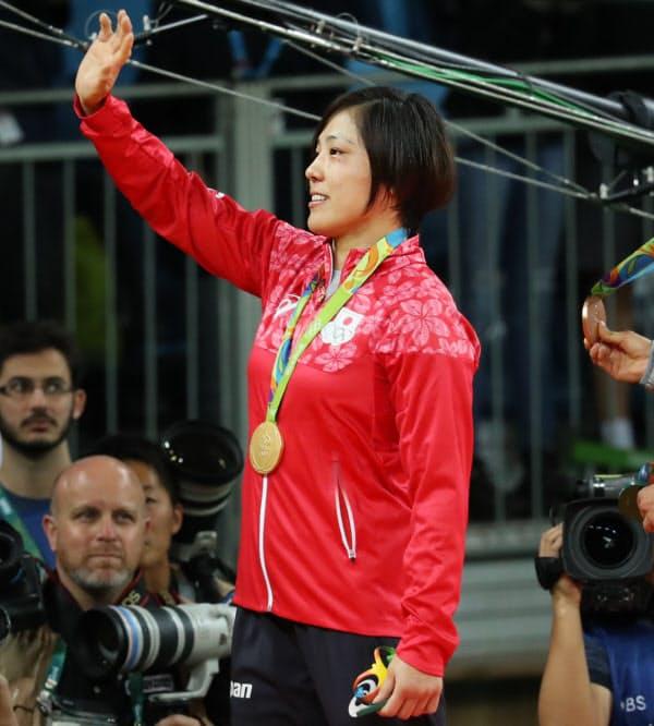 金メダルを下げ、観客席に手を振る田知本=写真 玉井良幸