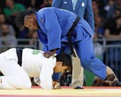 男子90キロ級3回戦で韓国選手(下)と対戦する「難民五輪選手団」のポポル・ミセンガ(10日、リオデジャネイロ)=共同