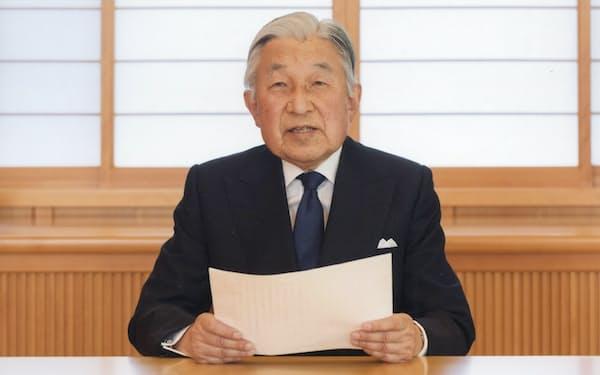 お気持ちを表明される天皇陛下(7日、皇居・御所)=宮内庁提供